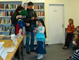 From being read to, to reading one's self: All school children in the 1st grade in Basel-Stadt receive a library card.